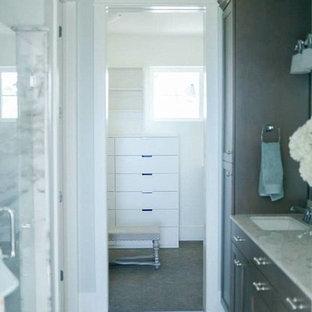 Imagen de armario vestidor unisex, tradicional renovado, pequeño, con armarios con paneles lisos, puertas de armario blancas y moqueta