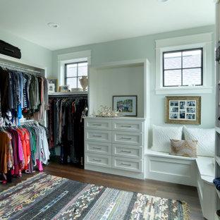 Imagen de vestidor unisex, campestre, grande, con armarios con paneles empotrados, puertas de armario blancas y suelo de madera oscura