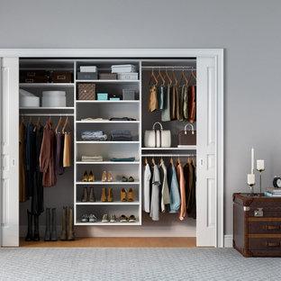 Idee per un piccolo armadio o armadio a muro unisex contemporaneo con nessun'anta, ante bianche e pavimento in legno massello medio