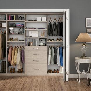 Immagine di un piccolo armadio o armadio a muro unisex contemporaneo con nessun'anta, ante in legno chiaro e pavimento in legno massello medio
