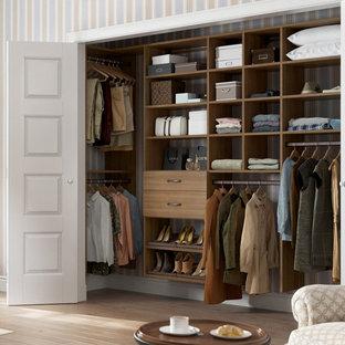 Diseño de armario unisex, actual, pequeño, con armarios abiertos, puertas de armario de madera oscura y suelo de madera clara
