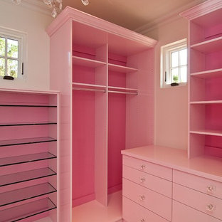 Imagen de armario vestidor de mujer, romántico, grande, con armarios con paneles lisos, moqueta y suelo beige