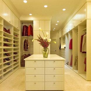 Modern inredning av ett stort walk-in-closet för kvinnor, med luckor med lamellpanel, vita skåp och heltäckningsmatta