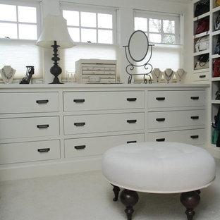 Ejemplo de vestidor de mujer, tradicional, grande, con armarios con paneles lisos, puertas de armario blancas y suelo de baldosas de cerámica