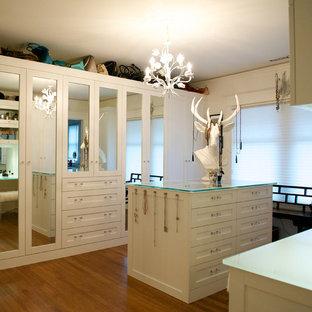Imagen de vestidor ecléctico, grande, con puertas de armario blancas