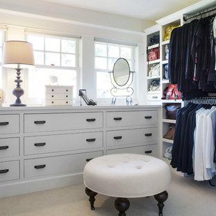 Großes Klassisches Ankleidezimmer mit Ankleidebereich, flächenbündigen Schrankfronten, weißen Schränken und Keramikboden in Portland