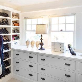 Inspiration för stora klassiska omklädningsrum för kvinnor, med släta luckor, vita skåp och klinkergolv i keramik