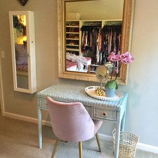 Ejemplo de vestidor de mujer, romántico, de tamaño medio, con armarios estilo shaker, puertas de armario blancas, moqueta y suelo beige