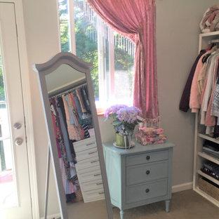Foto de vestidor de mujer, romántico, de tamaño medio, con armarios estilo shaker, puertas de armario blancas, moqueta y suelo beige