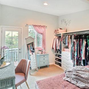 Shabby chic-inspirerad inredning av ett mellanstort omklädningsrum för kvinnor, med skåp i shakerstil, vita skåp, heltäckningsmatta och beiget golv