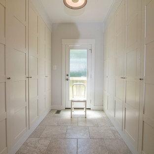 Immagine di uno spazio per vestirsi country con ante in stile shaker, ante bianche e pavimento con piastrelle in ceramica