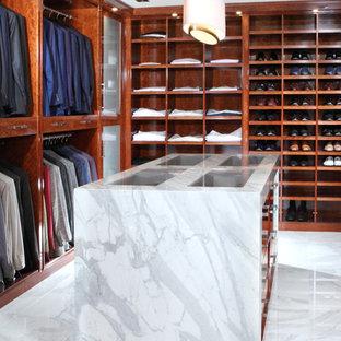 Foto di una grande cabina armadio unisex contemporanea con ante lisce, ante in legno scuro e pavimento in marmo