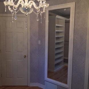 Foto de vestidor de mujer, romántico, de tamaño medio, con armarios abiertos, puertas de armario blancas y suelo de madera en tonos medios