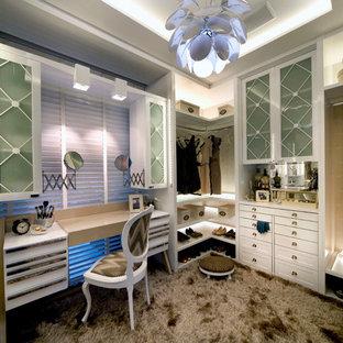 Kleines Retro Ankleidezimmer mit Ankleidebereich und Teppichboden in Boston