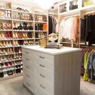 Ispirazione per uno spazio per vestirsi per donna tradizionale di medie dimensioni con ante con riquadro incassato, ante bianche, moquette e pavimento beige