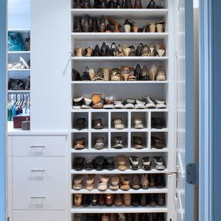 Diseño de vestidor de mujer, clásico, de tamaño medio, con armarios con paneles lisos, puertas de armario blancas y moqueta