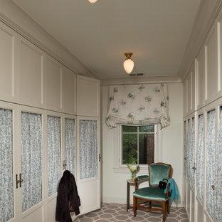 Modelo de armario vestidor unisex, tradicional, grande, con armarios con paneles lisos, moqueta y puertas de armario beige