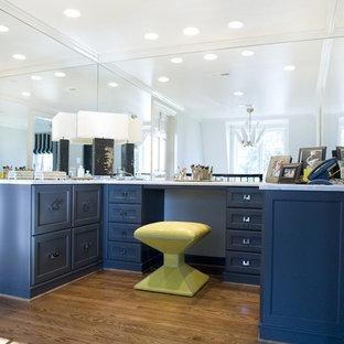 Diseño de armario vestidor clásico con puertas de armario azules