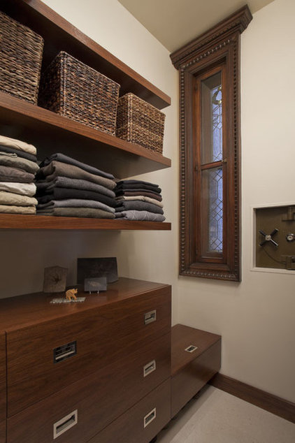 transitional closet by Neuhaus Design Architecture, P.C.