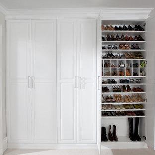 Imagen de armario unisex, tradicional, grande, con puertas de armario blancas, moqueta y armarios con paneles con relieve