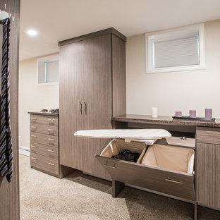 Idéer för att renovera ett mycket stort omklädningsrum för könsneutrala, med släta luckor, heltäckningsmatta, beiget golv och bruna skåp