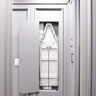 Immagine di una cabina armadio unisex classica di medie dimensioni con ante con bugna sagomata, ante marroni e moquette