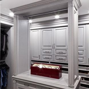 Foto de armario vestidor unisex, clásico, de tamaño medio, con armarios con paneles con relieve, puertas de armario marrones y moqueta
