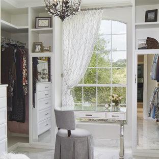 Ejemplo de vestidor de mujer, tradicional, de tamaño medio, con puertas de armario blancas, suelo de baldosas de porcelana, suelo blanco y armarios abiertos