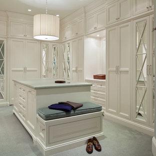 Bild på ett vintage omklädningsrum för kvinnor, med luckor med glaspanel, vita skåp och heltäckningsmatta