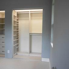 Traditional Closet by CLOSETS SPAZIO SUYAI LLC