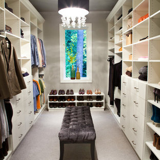 ロサンゼルスのトランジショナルスタイルのおしゃれなフィッティングルーム (オープンシェルフ、白いキャビネット、カーペット敷き) の写真