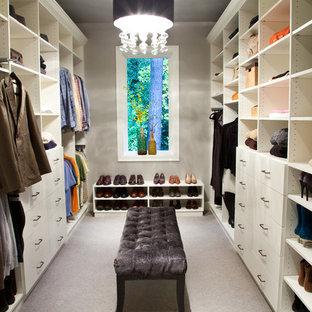 Inspiration för klassiska omklädningsrum, med öppna hyllor, vita skåp och heltäckningsmatta