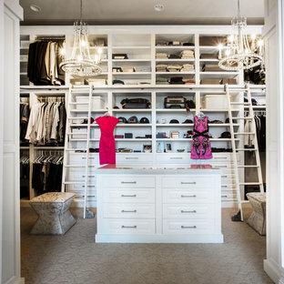 Inredning av ett klassiskt mellanstort walk-in-closet, med luckor med infälld panel, vita skåp, heltäckningsmatta och brunt golv
