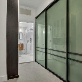 Esempio di una cabina armadio unisex moderna di medie dimensioni con ante in stile shaker, ante bianche, moquette e pavimento grigio