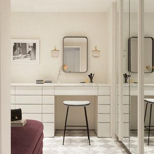 ニューヨークの女性用コンテンポラリースタイルのおしゃれなフィッティングルーム (フラットパネル扉のキャビネット、白いキャビネット、マルチカラーの床) の写真