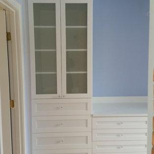 Exemple d'un petit dressing room chic pour une femme avec des portes de placard blanches et un placard à porte shaker.