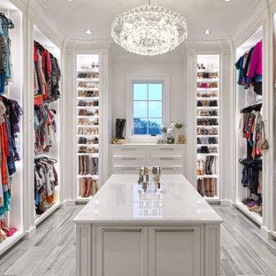 Foto de armario vestidor clásico con armarios con rebordes decorativos, puertas de armario blancas y suelo gris