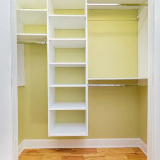 Ejemplo de armario unisex, tradicional renovado, de tamaño medio, con armarios abiertos, puertas de armario blancas y suelo de madera en tonos medios