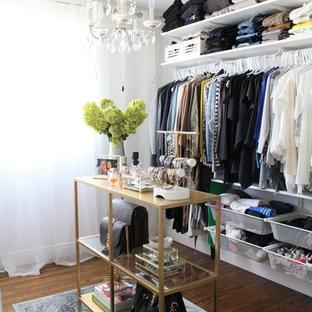 Diseño de armario vestidor de mujer, bohemio, pequeño, con armarios abiertos, puertas de armario blancas y suelo de madera oscura