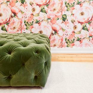 Immagine di uno spazio per vestirsi per donna boho chic di medie dimensioni con parquet chiaro e pavimento beige