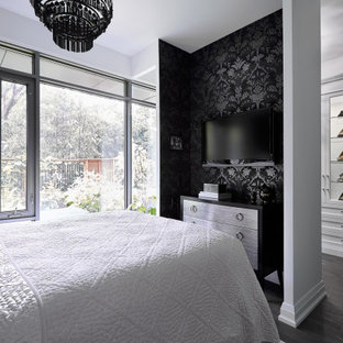 Idee per un piccolo spazio per vestirsi per donna bohémian con ante di vetro, ante bianche, pavimento in legno massello medio e pavimento grigio