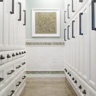 Großes, Neutrales Klassisches Ankleidezimmer mit Kalkstein, Ankleidebereich, Schrankfronten mit vertiefter Füllung, weißen Schränken und beigem Boden in Sonstige