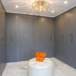 Foto de armario vestidor unisex, bohemio, grande, con armarios estilo shaker, puertas de armario grises y suelo de mármol