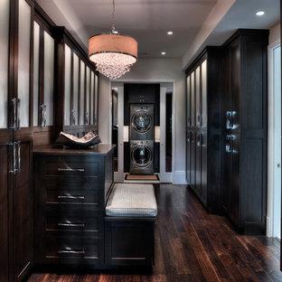 Modelo de armario vestidor unisex, ecléctico, grande, con armarios tipo vitrina, puertas de armario de madera en tonos medios y suelo de madera en tonos medios
