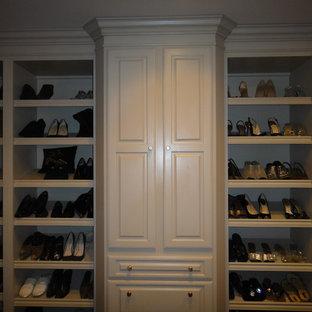 Ejemplo de armario vestidor unisex, ecléctico, grande, con armarios abiertos y puertas de armario beige