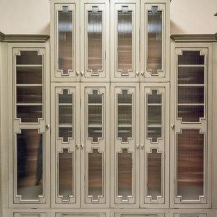 Modelo de armario vestidor de mujer, actual, grande, con armarios con puertas mallorquinas, puertas de armario beige y moqueta