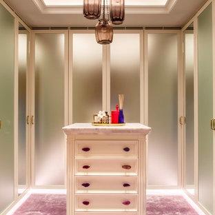 Réalisation d'un dressing design de taille moyenne et neutre avec un placard à porte plane, moquette et un sol violet.