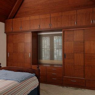 ハイデラバードのミッドセンチュリースタイルのおしゃれな収納・クローゼットの写真