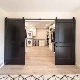 Großer, Neutraler Rustikaler Begehbarer Kleiderschrank mit Schrankfronten im Shaker-Stil, weißen Schränken, Vinylboden und braunem Boden in Edmonton