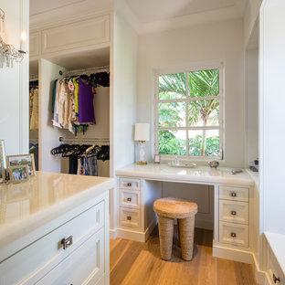 Idee per un piccolo armadio o armadio a muro per donna con ante lisce, ante bianche e pavimento in compensato